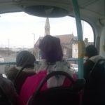 Kaksikerroksisella bussilla matkustamista.