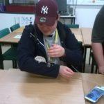 Eläintenhoitoa koululla.